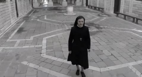 Suo Cristina nel video di lancio del primo album (screen shot youtube)