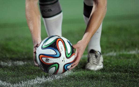 Calcio, scaglia un pallone contro l'arbitro e riceve una maxi squalifica mai vista prima!