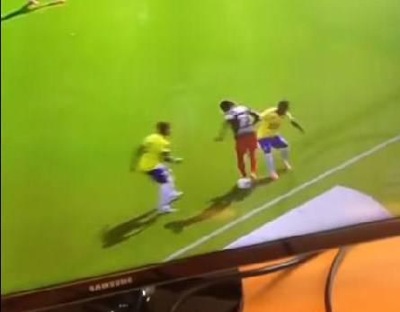 Calcio, giocata eccezionale in Olanda: ridicolizzati due avversari VIDEO