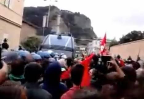 Bagnoli, protesta contro Sblocca Italia: 5 agenti e un operatore Rai feriti