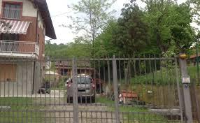 L'esterno della casa di Elena ceste