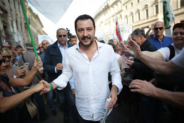 Salvini contestato in Puglia, ancora uova contro di lui (video)