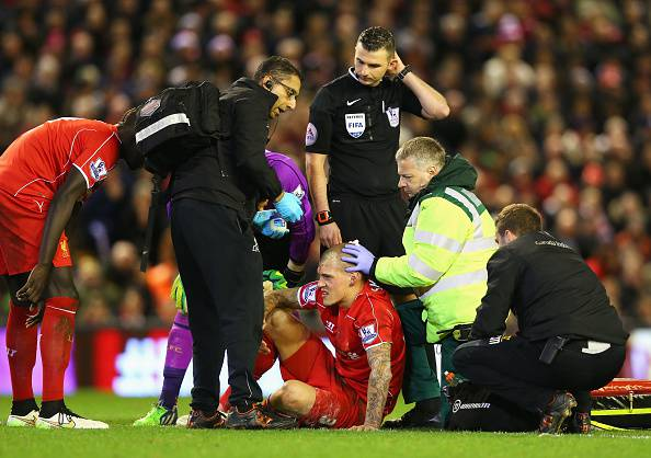 Martin Skrtel soccorso dopo il colpo in testa di Giroud (Getty images)