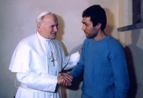 Incontro tra Papa Wojtyla e Alì Agcà  (ARTURO MARI/AFP/Getty Images)