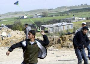 palestinians clash with isaeli soldiers