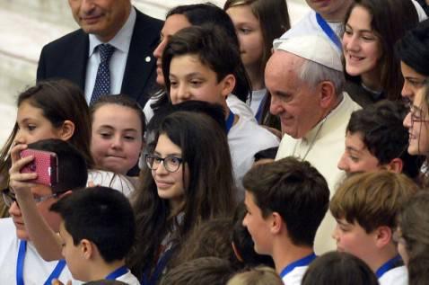 Papa Francesco tra i bambini (ALBERTO PIZZOLI/AFP/Getty Images)