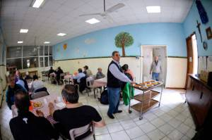 Una mensa per poveri della Caritas (ANDREAS SOLARO/AFP/Getty Images)