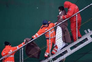 Sbarco sopravvissuti del Norman Atlantic al Porto di Bari (Filippo Monteforte/Afp/ Getty images)
