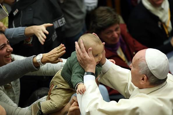 "Papa Francesco alle mamme ""allattate in Chiesa se i bambini hanno fame"""