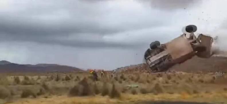Dakar, doppio incredibile incidente: volano tra la gente due macchine VIDEO