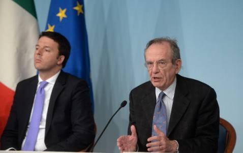 Renzi e Padoan (FILIPPO MONTEFORTE/AFP/Getty Images)