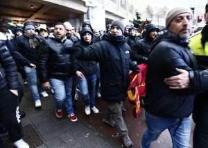 Tifosi della Roma a Rotterdam (getty images)