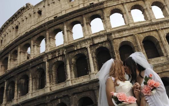 Parma, abbraccio in chiesa tra due lesbiche: la reazione del prete