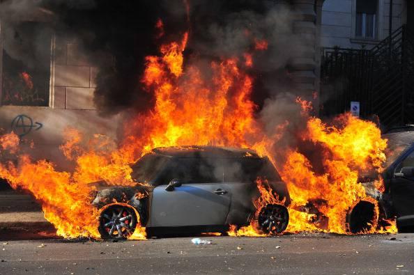Auto in fiamme sulla Catania-Caltagirone$