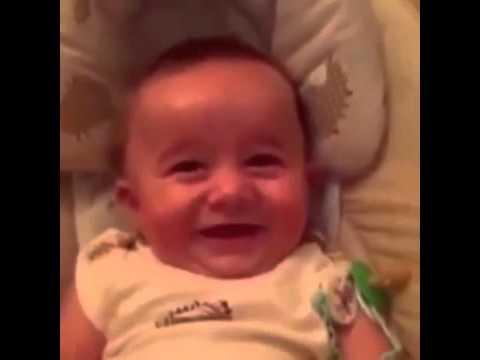 Il bimbo che ride come i cattivi dei film – VIDEO