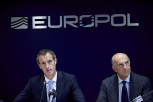 Conferenza stampa Europol, a sinistra Alesandro Pansa (Martijn Beekman/AFP/Getty Images)