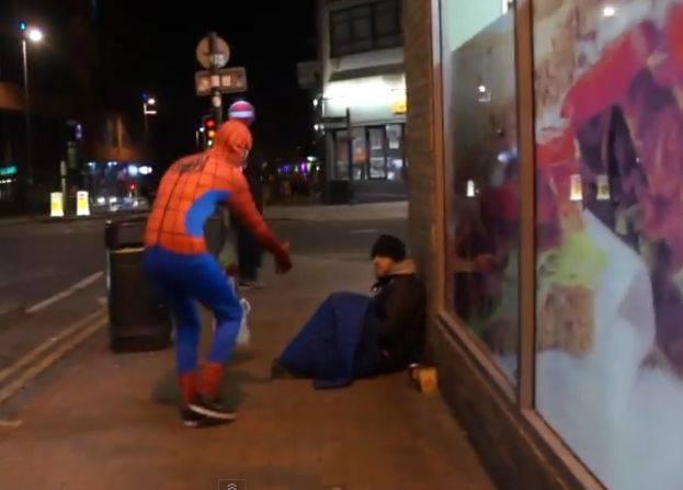 Spiderman-aiuta-i-senzatetto