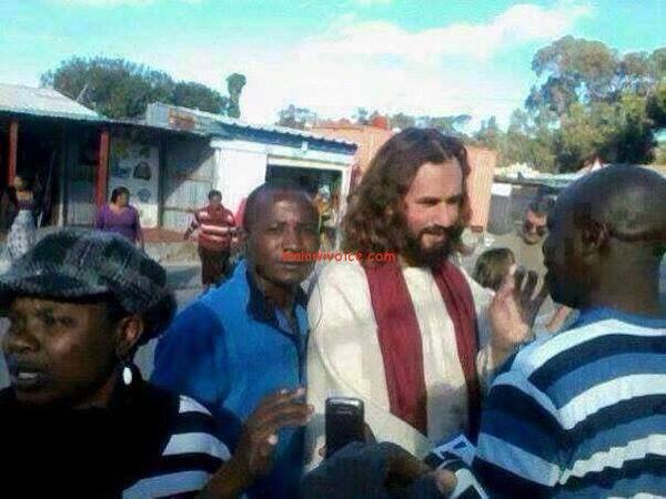 Scambiato per Gesù e venerato dai passanti