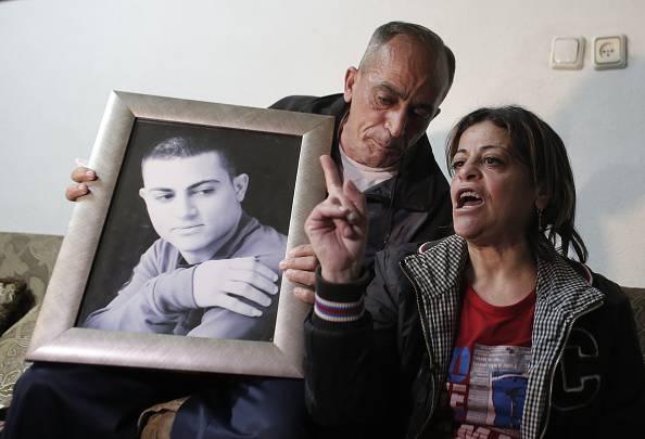 Orrore Isis, boia di 12 anni trucida spia israeliana di 19