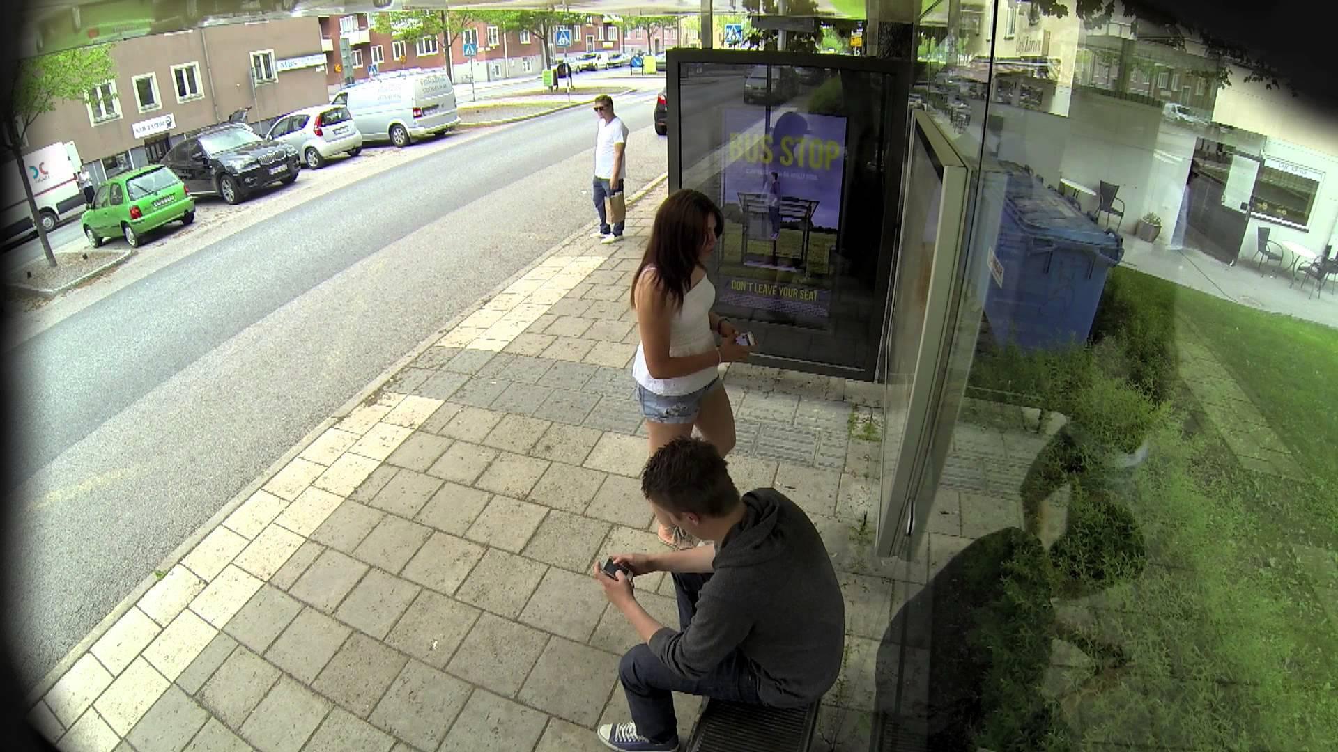 Sorpresa alla fermata dell'autobus: vedono qualcosa che li lascia stupefatti -VIDEO