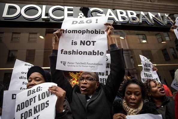 Adozioni gay: Londra protesta contro Dolce & Gabbana