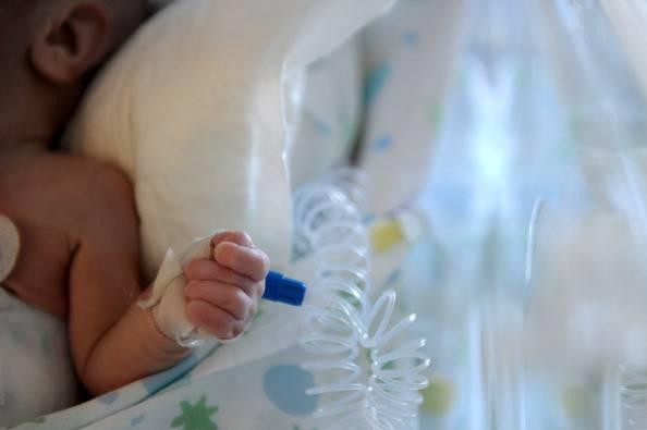 Milano, neonato chiuso in un sacchetto di plastica abbandonato in un prato