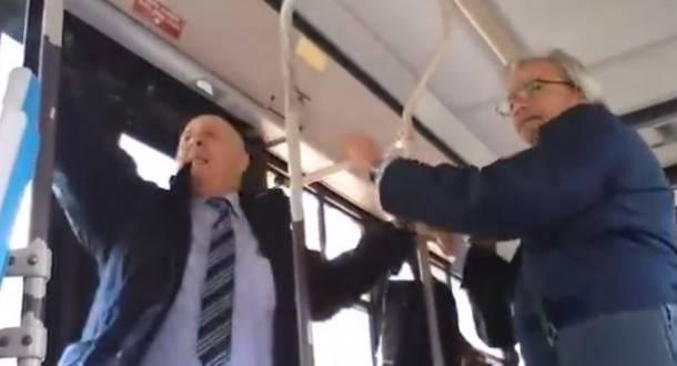 Lite feroce fra controllore e passeggero sull'autobus -VIDEO