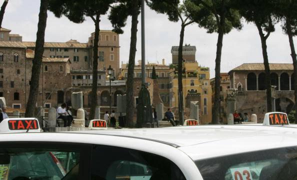 Roma, il tassista violento rischia solo la sospensione