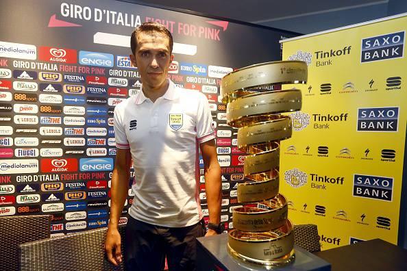"""Alberto Contador in posa col """"Trofeo Senza Fine"""" (Photo credit should read LUK BENIES/AFP/Getty Images)"""