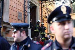 ROME, ITALY - DECEMBER 23:  Carabinierei stands in front of the Chilean Embassy were a parcel bomb exploded earlier on December 23, 2010 in Rome, Italy. The bomb, believed to be the work of anarchists, injured one person and follows another earlier in the day at the Swiss Embassy.   (Photo by Franco Origlia/Getty Images)