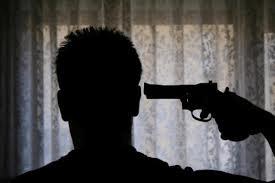 Selfie con pistola (foto dal web)