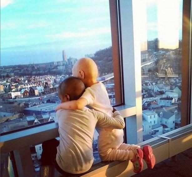 L'abbraccio tra bimbe malate commuove il mondo