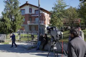 Giornalisti davanti all'abitazione di Elena Ceste  (foto   ANSA/ STRINGER)