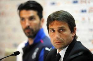 Antonio Conte e Gianluigi Buffon in conferenza stampa (Photo credit should read -/AFP/Getty Images)