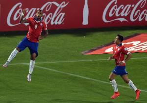 Arturo Vidal e Alexis Sanchez (Photo credit should read RODRIGO ARANGUA/AFP/Getty Images)