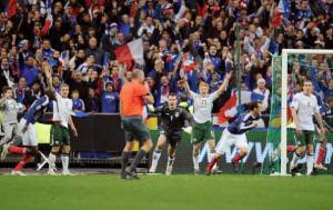 Proteste irlandesi dopo il gol di Henry (Photo credit should read LIONEL BONAVENTURE/AFP/Getty Images)