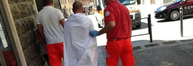 """Ancona: gira nudo in centro: """"Vengo dallo spazio"""""""