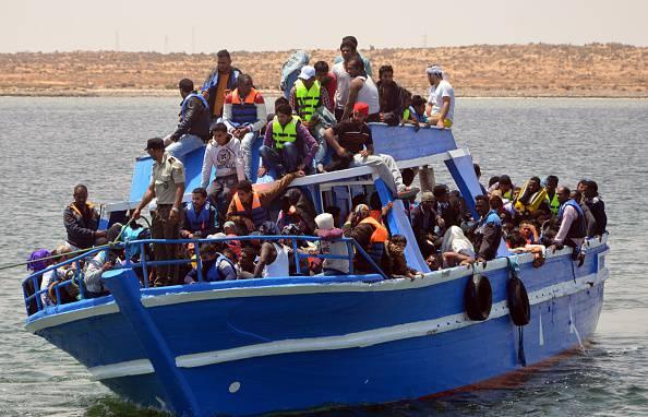 Migranti, nuovi sbarchi: in 900 arrivano a Taranto