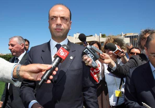 "Alfano ai rom: ""Accettino case o via dall'Italia"""