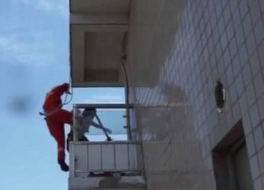 Donna tenta suicidio, l'incredibile salvataggio (VIDEO)
