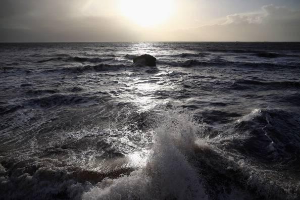 Si tuffa in mare per salvare bagnanti e muore