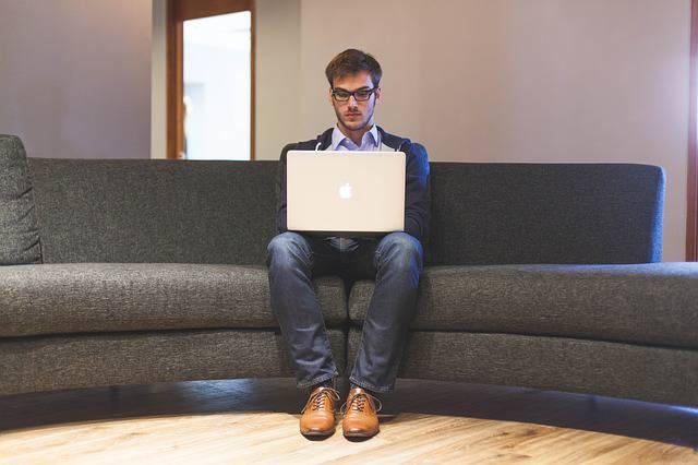 Divano e computer rendono ansiosi