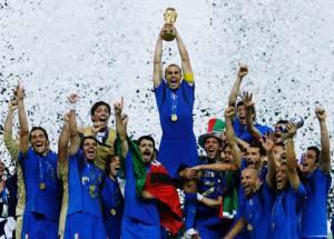 Fabio Cannavaro alza la Coppa del Mondo a Berlino 2006 (Photo by Shaun Botterill/Getty Images)