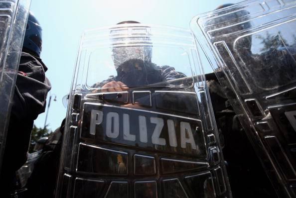 Scontri per l'arrivo dei profughi, poliziotto si vergogna e chiede scusa