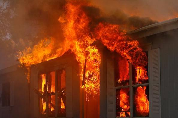 Stava cenando, all'improvvisa la sua casa è andata in fiamme: è giallo