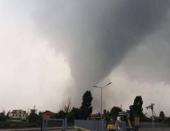 Tromba d'aria nel veneziano: un morto e 15 dispersi