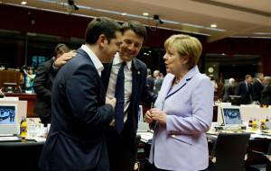 Renzi tra Tsipras e la Merkel (ALAIN JOCARD/AFP/Getty Images)