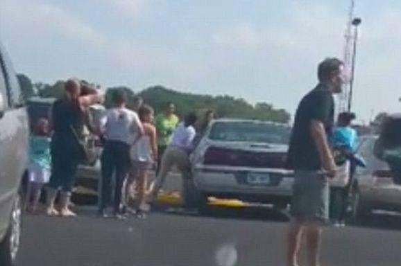 Bimba chiusa in auto, incredibile salvataggio (VIDEO)