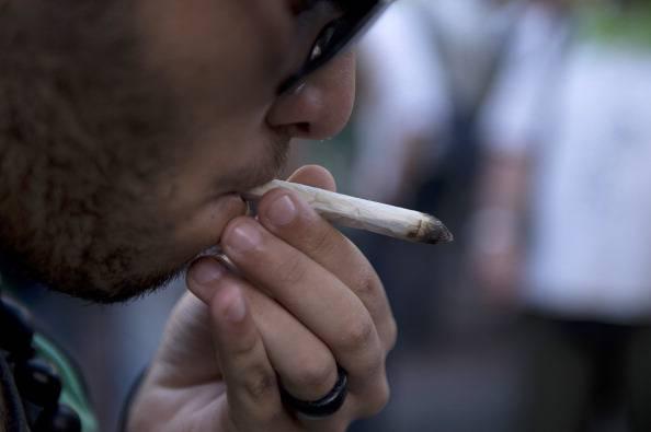 Giovane fuma droga (PABLO PORCIUNCULA/AFP/Getty Images)