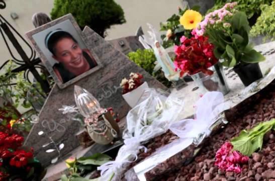 Fiori sulla tomba di Yara (Youtube)